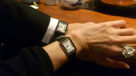 《 カルティエ タンクソロ 》  彼とお揃いにできる年齢的にも落ち着いた時計を探していたところ、この時計が目に入りました。 値段的にもお手頃ながら長く愛用できそうで、フェイスが大きすぎないのもよかったです。  とてもシンプルながら洗練されたフォルムに魅かれました。 意外にも時間が見やすかったです。  彼の35歳の誕生日のにプレゼントを探していたところ、この時計に出会いました。 サイズ違い(SSとLM)は、お互いの腕にもぴったりでした。 ペアでつけていても主張しすぎないところがいいです。 ベティロードさんにお願いした素敵なラッピングを開け、時計を見たときの顔の驚いた顔が忘れられません。 いい記念になりました。ありがとうございました。