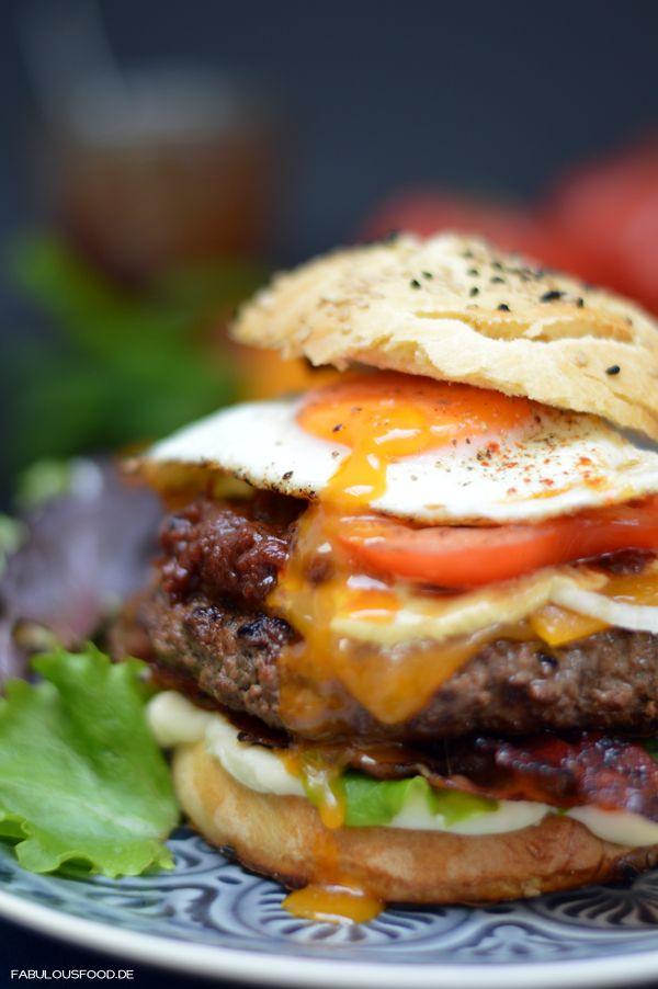 cheesburger, kerrygold, cheddar, cheesburger, burger, bacon, spiegelei, homemade, selfmade, selbstgemacht, frisch, bun, patties, burgerbrötchen, brötchen, tomatenrelish, relish, butlers, challenge, burgerchallenge, fabulous, food, blog, foodblog, salat, ketchup, mayo, zwiebeln, onion, chips, tomaten, cheedar, cheese, käse, einfach, rezeptburgerparty
