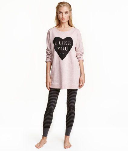 Gammelrosa. En pyjamas i myk bomullsblanding. En langermet sweatshirt med trykk foran. Det er en lengre modell med vrangbord nederst og på ermene. Myk,