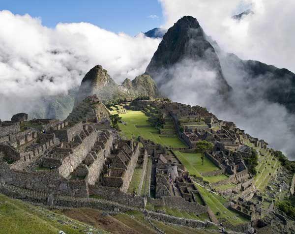 MACHU PICCHU Poblado o sitio ceremonial, construido a mediados del siglo XV, en un promontorio rocoso que une las montañas Machu Picchu y Huayna Picchu en la vertiente oriental de la Cordillera Central, al sur de Perú y a unos 2490 metros sobre el nivel del mar. El carácter de la mayoría de sus edificios, sugieren un carácter ceremonial, descartando los de fortaleza o ciudadela.