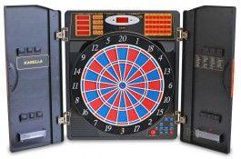 Cible Fléchettes Electronique Armoire CB 90 - Pokeo.fr - Cible électronique CB 90 avec portes rabattables noires et imitation ronce de noyer. Le cible fonctionne sur secteur grâce à un adaptateur fournit. Jusqu'à 16 joueurs, plusieurs jeux et variantes de jeux sont disponibles. Livré avec 12 fléchettes pour cible électronique.