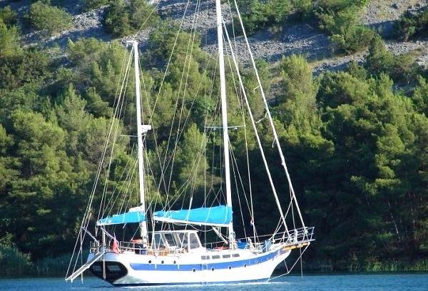 Riprenderemo poi ancora una volta il mare, in direzione Vis. Un'isola selvaggia, meta preferita dal turista croato, poiché per oltre quarant'anni gli stranieri non potevano accedervi. Misteriosa, coi i suoi piccoli villaggi di pescatori, Vis è un'isola lontana dai soliti itinerari turistici. Una delle poche mete che si adattano al turismo sostenibile, Vis merita senza ombra di dubbio una visita.  http://www.jonas.it/isole_dalmazia_spalato_barca_vela_34.html