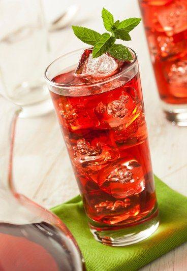Ice tea - domowa mrożona herbata 2 przepisy - Uf, jak gorąco! Dla ochłody polecamy ice tea, ale nie tę dostępną w sklepach, tylko domową, przygotowaną samodzielnie, pozbawioną konserwantów i cukru! Mrożona herbata świetnie gasi pragnienie...