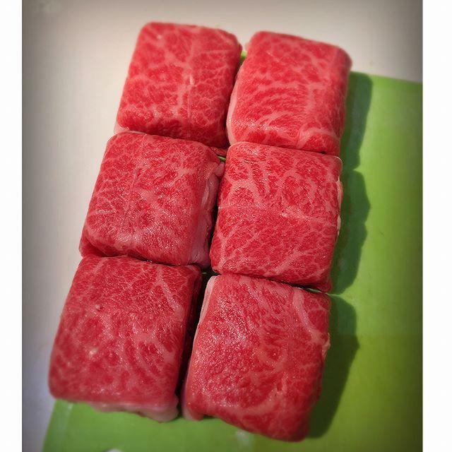 . 肉巻き豆腐🍚 . ヘルシーなカサ増し、ふわっと食感の甘辛ダレがごはんのすすむ一品です。 . 材料【牛肉薄切り・木綿豆腐・白滝・生姜・(ニンニク)・片栗粉・醤油・味醂・砂糖・日本酒・サラダ油】長ネギ、玉ねぎ、温玉を加えても。 . ごはんのお供に。すき焼き風を見た目を変えて。。。 . #肉 #野菜 #お昼ごはん #ケータリング #美容 #美味しい #ビール #ヘルシー #おうちカフェ  #ビタミン #ごはんがすすむ #綺麗 #肴 #夜ごはん #豆腐