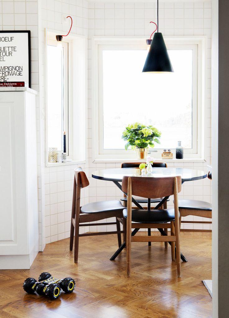 Taklampa Ikea, lampor i fönster, gjorda av Henrik, bord Per Söderberg NEB, stolar dansk design från Lauritz.com, vas Skultuna.
