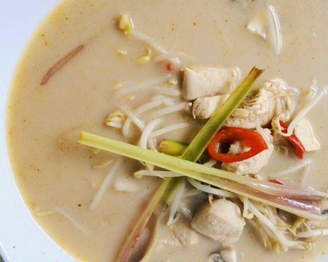 Tom ka kai is een bekende soep uit de Aziatische keukenmet kip, kokosmelk en citroengras. Dit recept is afkomstig van Martine Hilverdaen is makkelijk en snel te maken. Plet de stengels citroengras en snijd ze doormidden. Neem een ruime soeppan en breng de bouillon, laos, citroengras, knoflook, rode peper en basterdsuiker zachtjes aan de kook. […]
