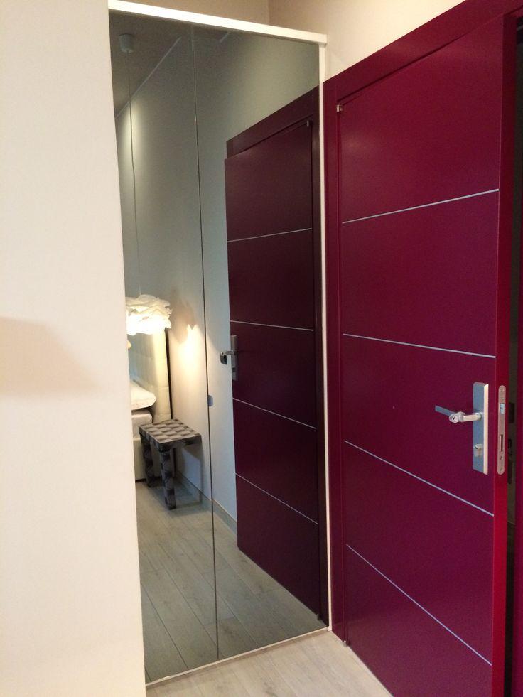 Piccolo armadio su misura con ante a specchio. In un albergo a Roma