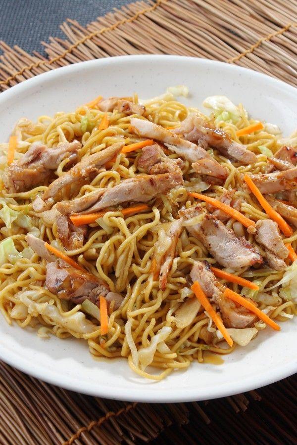 Einfache Chinapfanne mit Nudeln und Hühnchen