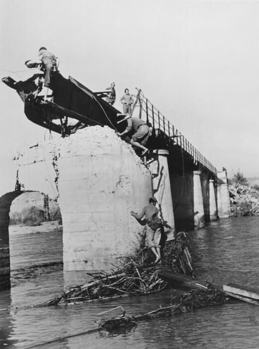 Mora de Ebro, the Aragón front. Spain. The Fascist rebels bombed the bridge over the Ebro River and opened the dams in the north hoping to prevent the Republicans from crossing the river. By Robert Capa, (November 5th, 1938)