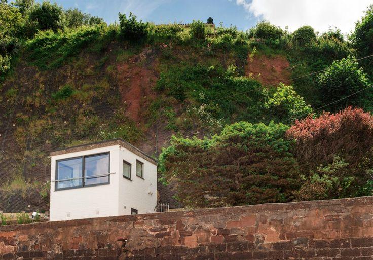 จากป้อมเก่า (Guard Tower) สมัยสงครามโลกครั้งที่สองที่อยู่ริมทะเล ถูกปรับเปลี่ยนมาให้กลายเป็นบ้านพักอาศัยในขนาดเล็กกระทัดรัด