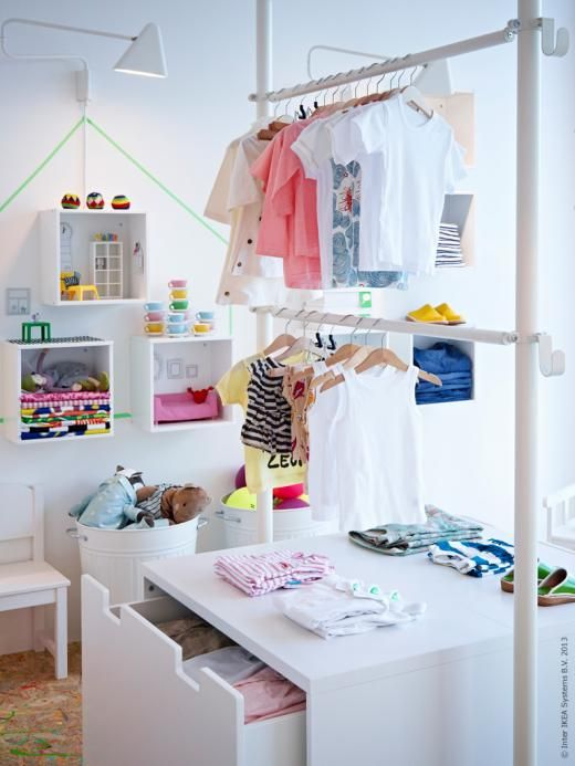 STOLMEN ger en öppen och luftig förvaring och STUVA bänk med förvaring slukar massor av kläder och leksaker.