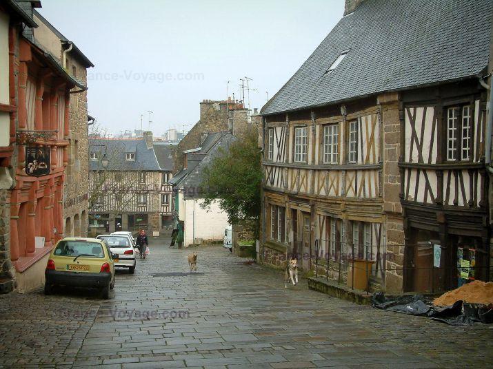 Saint-Brieuc: Rue pavée bordée d'anciennes maisons à colombages