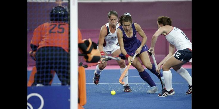 La jugadora de Argentina Martina Cavallero (2d) lucha por la bola con la estadounidense Julia Reinprecht (d), durante el partido de la fase de grupos del torneo olímpico de hockey sobre hierba disputado en la Riverbank Arena de Londres.   @Fernanda G-h
