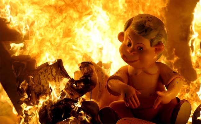 Puede ser que la descripción heracliteana del pensamiento como fuego haya sido la primer metáfora absoluta de la filosofía, no sólo porque para él el fuego era el elemento divino, sino también porque tiene la propiedad de acoger continuamente cosas extrañas y transformarse en ellas.   Hans Blumenberg: Naufragio con espectador...