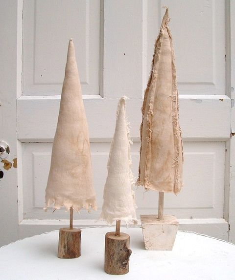 pretty: Fabric Christmas Trees, Idea, Decor Style, Burlap Christmas, Trees Christmas Decor, Treeschristma Decor, Winter Holidays, Country Christmas, Rustic Christmas Trees