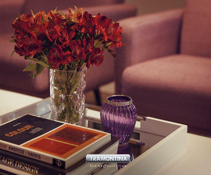 Além de servir, as bandejas também podem ser usadas na decoração de vários cômodos da casa. Na sala de estar, por exemplo, você pode utilizá-la na mesa de centro e decorar com livros e vasos.
