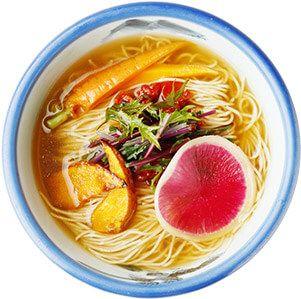 毎朝採れたての鎌倉野菜を使用した、ヴィーガンの方もお召し上がりいただけるらーめん。スープから具材まで植物性100%で、野菜の旨みを最大限に引き出しました。  麺は、レンコン麺です。(卵不使用) ヴィーガンらーめんで使用する季節野菜は、その時々により異なります。 - AFURI(阿夫利 あふり) | 阿夫利山天然水仕込みの黄金色スープ、淡麗系らーめん店