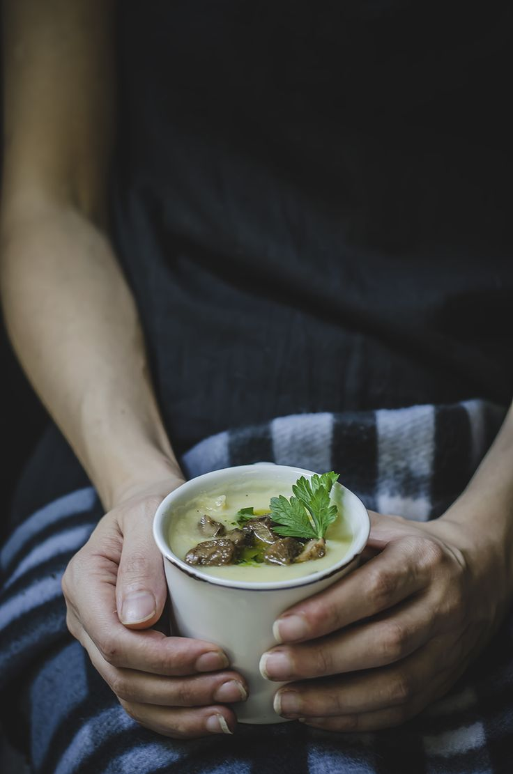 """Zuppa di patate, porri e porcini. Una vellutata gustosa e nutriente, ideale per scaldarti durante la stagione fredda. Calorie totali: 1764 kcal / Calorie a porzione: 441 Kcal Un'idea di Antonella del blog """"Fotogrammi di zucchero"""""""