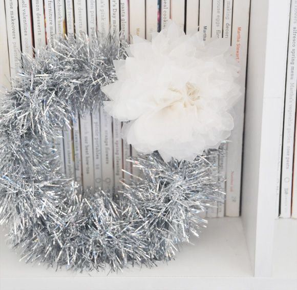 5 Minute Tinsel Garland Wreath | Creature Comforts   #christmas #wreath
