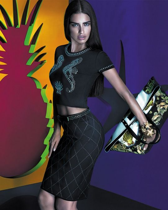 Adrina Lima: Versace x Riachuelo Kampanyası - Lüks İtalyan markası Versace ile Brezilyalı mağaza Riachuelo işbirliğinin tanıtım yüzü olarak, Adriana Lima kameraların karşına geçti.