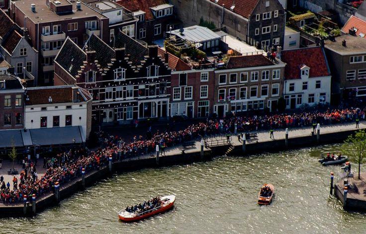 Luchtfoto van de vaartocht van het koninklijk gezelschap door de Dordtse binnenhavens op Koningsdag.