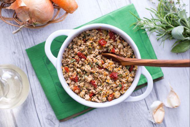 Il ragù di tacchino è un condimento molto gustoso e perfetto per la pasta, è buonissimo anche da congelare e utilizzare come insaporitore: timo, salvia, pepe, cipolle bianche, pomodori secchi