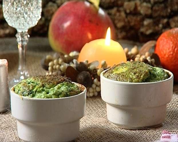 Monica Bianchessi propone un antipasto caldo, da introdurre nel menu di Natale: la ricetta di un delicatissimo soufflè con gamberi all'arancia e broccoletti. http://www.alice.tv/ricette-natale/souffle-gamberi-arancia-broccoletti
