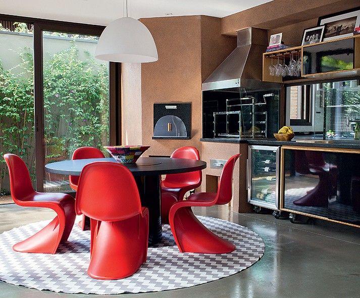 O espaço gourmet do projeto da arquiteta Monica Drucker tem forno de pizza, adega e churrasqueira. Elas ficam em um ambiente fechado, com mesa para receber os amigos, mas perto do jardim