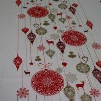 http://www.radicifabbrica.it/prodotto/tessuto-natalizio-per-tovaglie/ Tessuto per tovaglie con fantasia di Natale. Il tessuto è bianco con stampata una fantasia Natalizia con palle di Natale, renne e fiocchi di neve, i disegni sono rossi, bordeaux e tortora. Il tessuto ha il centro tutto stampato che rimane sul piano tavolo, poi la prima parte della caduta della tovaglia rimane bianca e sui bordi riprende la stampa della fantasia al centro. composizione: 100% cotone Altezza tessuto: cm 150