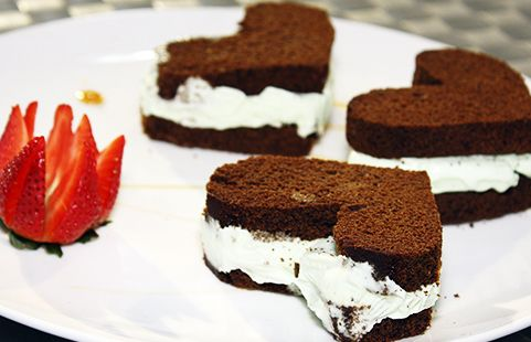 Que bonita torta de chocolate con helado de pistacho. Un detalle especial para alguien muy importante.