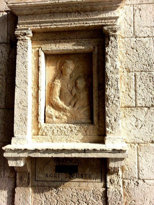 Venezia, Calle della Pietà, bassoriilievo della Vergine con Bambino