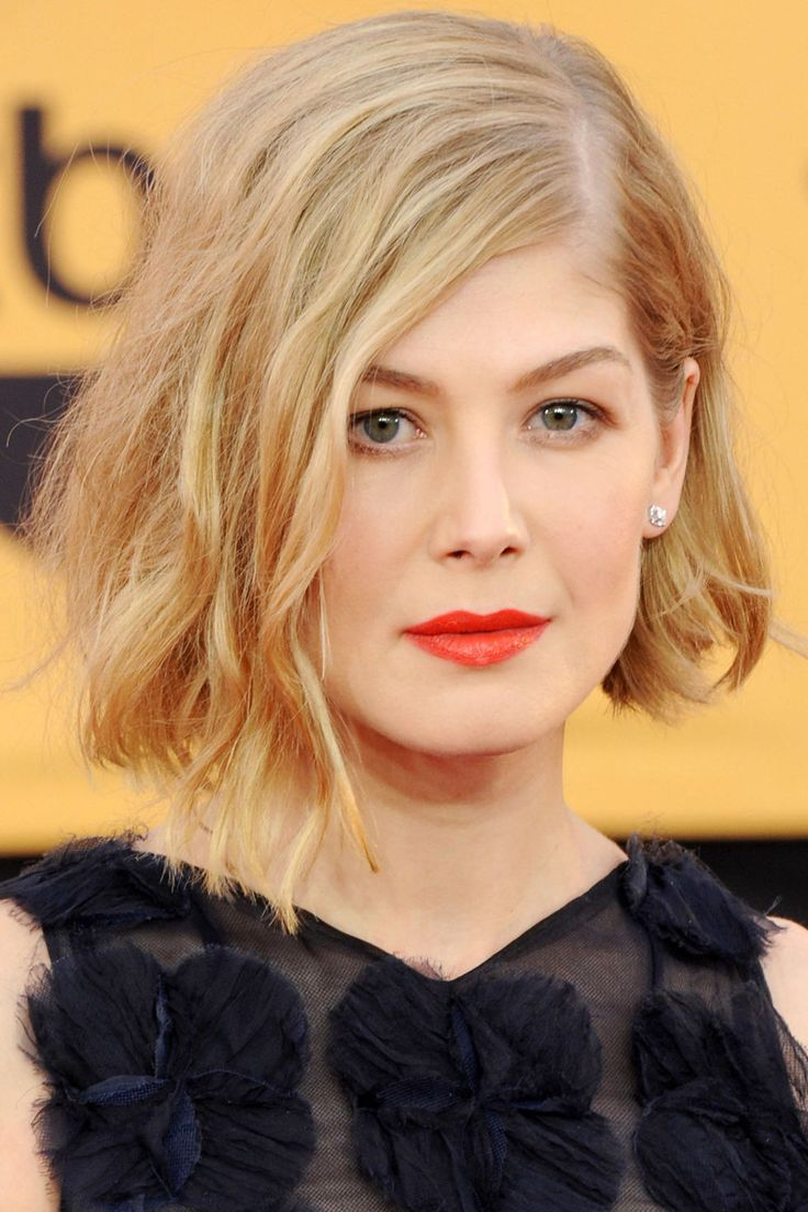"Who: Rosamund Pike What: Beach Girl Beauty How-To: The actress went for a California girl beauty vibe that fit the warm temperatures at last night's SAG Awards. ""I wanted her makeup to remain neutral with a pop of color on the lip,"" said makeup artist Melanie Inglessis, who lined the lips in orange-red pencil, then applied matte red color on top. Pike wore her blunt bob wavy and parted to the side for a cool asymmetrical effect.  Editor's Pick: Make Up For Ever Aqua Lip Waterproof Lip Liner…"