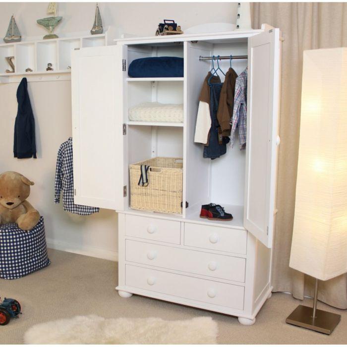 Ideal Kinderzimmer Schrank Schubladen Kleider Rattankorb Stehlampe attraktives Design