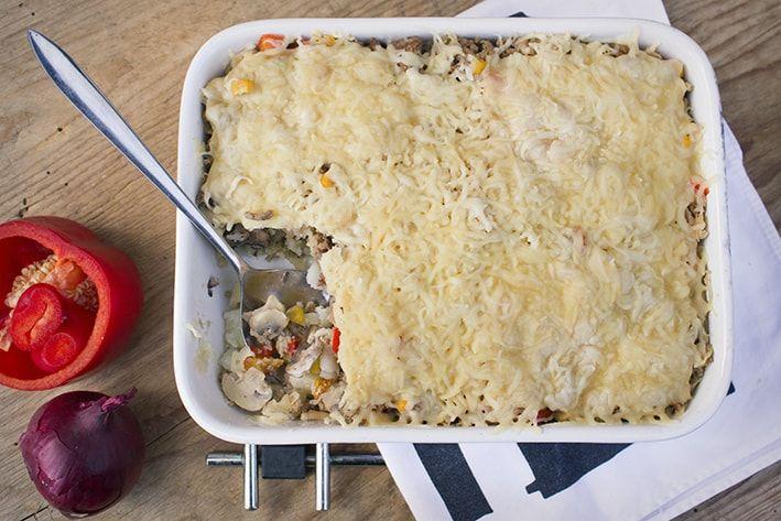 <p>Dinsdag+had+ik+(Shaira)heerlijke+gevulde+broodjesgemaakt+met+gehakt,+zuurkool,+paprika,+champignons+en+ui.+Omdat+ik+nog+veel+over+had,+heb+ik+besloten+hier+een+ovenschotel+van+te+maken.+Heel+handig,+want+in+een+ovenschotel+smaakt+bijna+alles,+en+zo+hoef+je+niks+weg+te+gooien.+Hier+het+recept+van+de+…</p>