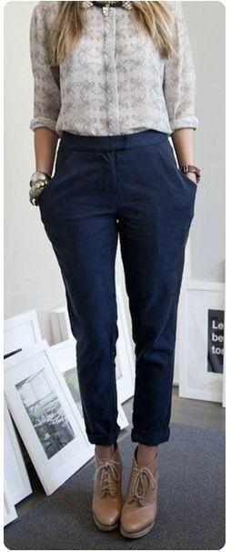 Синие брюки, рубашка, бежевые туфли