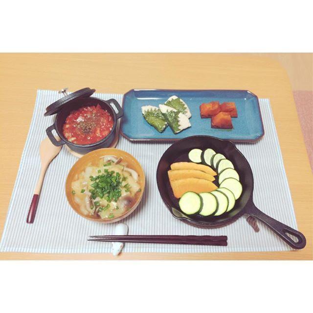 2016/11/23 21:29:55 __yuka.s ・ ・ ・ 今日は珍しく品数多め✧٩(ˊωˋ*)و✧ ・ ◎野菜グリル トマトソースがけ ◎しめじと白菜と油揚げのお味噌汁 ◎ささみの大葉巻き ◎かぼちゃの煮物 ・ スキレットの野菜を置く向きを間違えたので、お味噌汁が左側に😭 オーブンで焼いてみたんだけど、全然焼き目付かず😭 ・ ・ ・ 今夜、雪降るのかな?☃️ 明日は真冬並みの寒さみたいだから、 もふもふのムートンコートを着れる☺️💓 ・ ・ ・ ・ #おうちごはん #一人暮らし #一人暮らしごはん #ひとりごはん #節約 #節約ごはん #ごはん #献立 #料理 #手料理 #自炊 #クッキングラム #健康 #ダイエット#由佳ごはん#ニトリ#スキレット#ニトスキ  #健康
