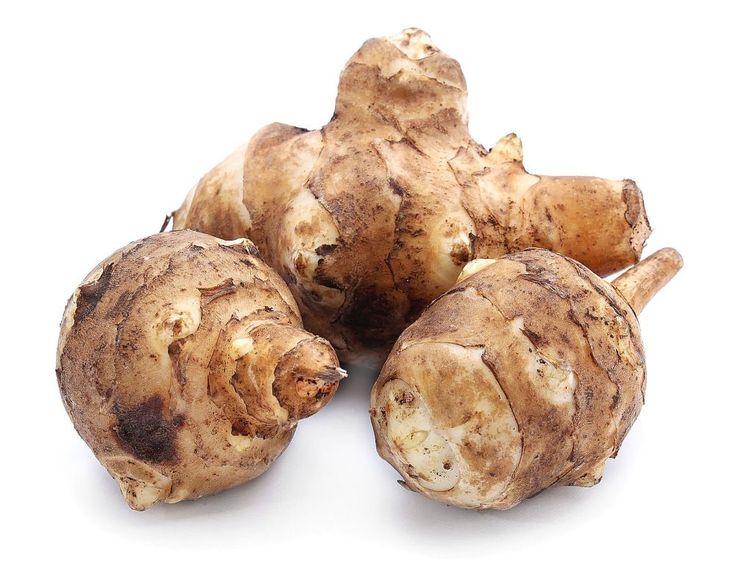 Bemutatunk három receptet, amelyeknek a csicsóka a főszereplője. Nyersen, sütve, levesnek. Bárhogy fogyaszthatjuk ezt a burgonyához hasonló, de a napraforgók családjába tartozó növényt.