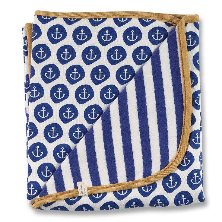 Kuschelweiche Babydecke zum Wenden aus reiner Bio Baumwolle von der englischen Marke Organics for Kids. Mit ihrem klassischen blau-weißen Marine-Design mit Streifenmuster und Anker-Motiv sowie farblich abgesetzter Borte ist die Wendedecke ein exklusiver Klassiker.