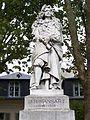 Jules Hardouin-Mansart : statue à Versailles, place Alexandre 1° de Yougoslavie. - Jules Hardouin-Mansart fut anobli par Louis XIV en 1682, mais il n'a pour tout titre que celui d'écuyer, car il n'a pas de terre titrée. Il devra attendre 1699 et l'acquisition du comté de Sagonne en Bourbonnais (pour 130 000 livres) pour faire valoir son titre de comte.