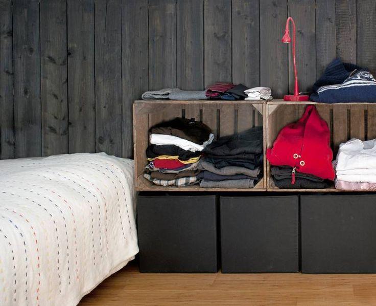 ENKELT: Det skal ikke mange elementene til for å få et møblert soverom. Gamle trekasser sørger for fin oppbevaring av klær.