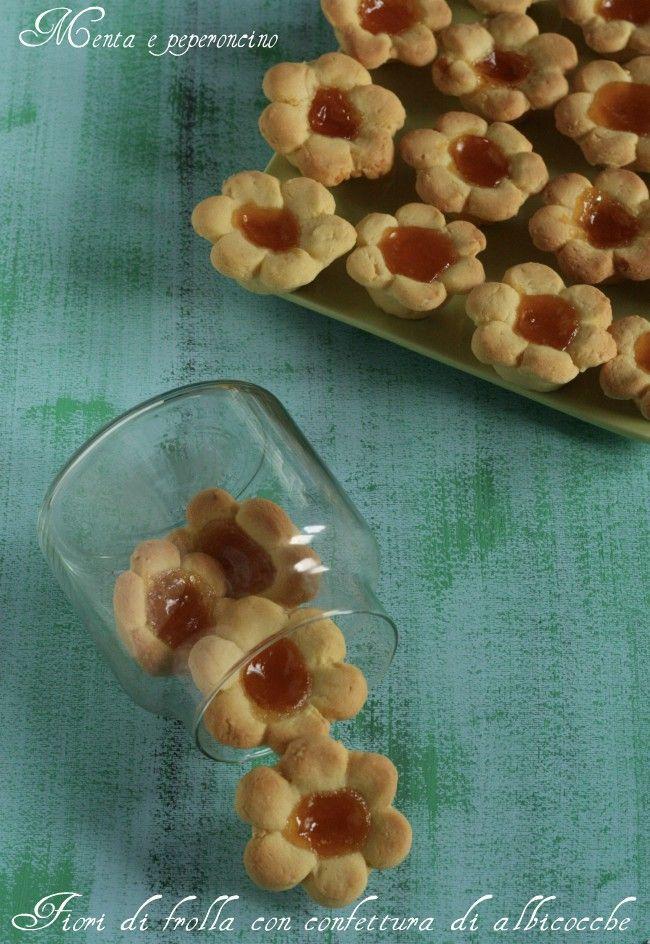 """I """"Fiori di frolla con confettura di albicocche"""", sono deliziosi dolcetti da servire a merenda con una buona tazza di tè caldo, ma sono anche un'idea simpatica da proporre a fine pasto.."""