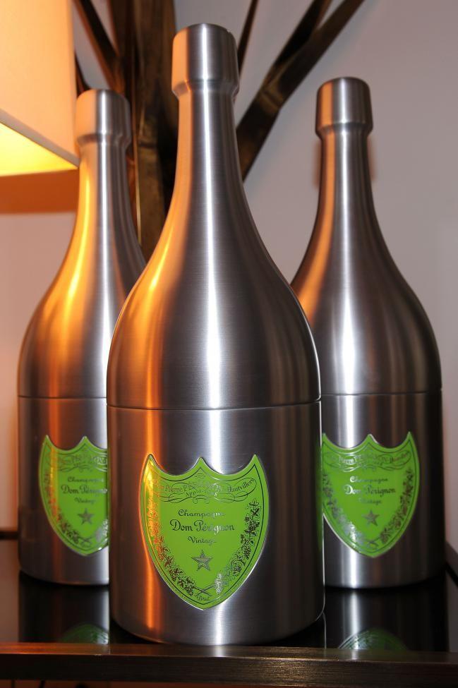 Fue elaborado por un monje que tenía como objetivo crear el mejor champagne del mundo. En 1694, cuando desarrolla su primera producción, Dom Perignon, bebida que toma el nombre del monje, se convierte en la más cara y exclusiva del mundo.