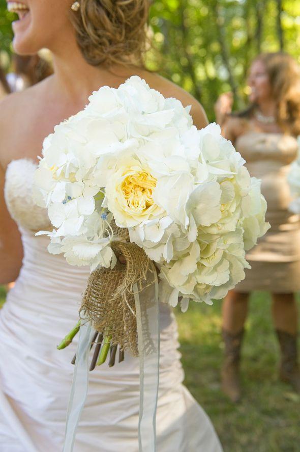 Bouquet de mariee blanc > Bouquet de roses blanches et d'hortensias blanches