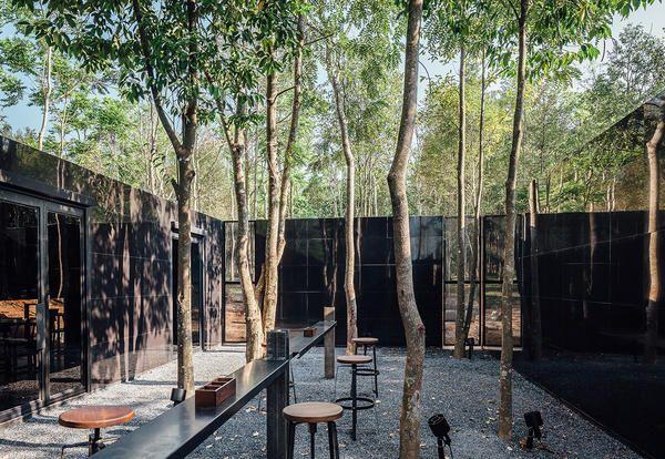 Industrial style in Thailand: Bar ristorante in stile industriale nella foresta tailandese, realizzato con ampio uso di acciaio.