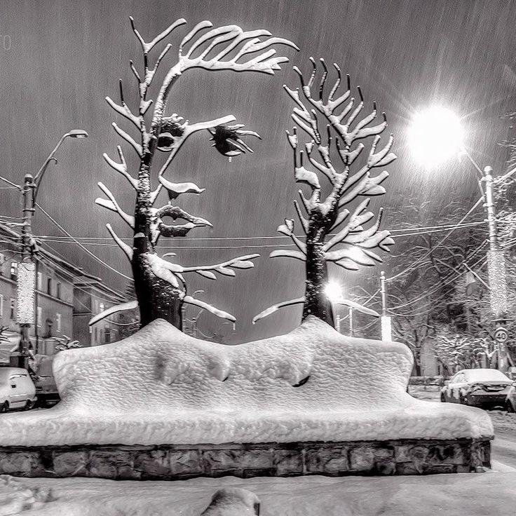 Il monumento dedicato al poeta Mihai Eminescu,