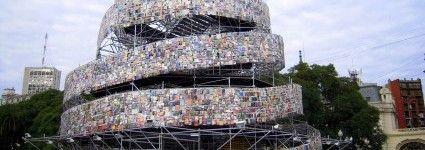 Turm aus 30.000 Büchern Er soll an den Turm von Babel erinnern, der für die Vereinigung von Menschen aller Rassen und Glaubensrichtungen steht. In der argentinischen Hauptstadt Buenos Aires können Besucher einen Turm aus 30.000 Büchern bestaunen. Die Idee zu dem außergewöhnlichen Objekt hatte die argentinische Künstlerin Marta Minujin