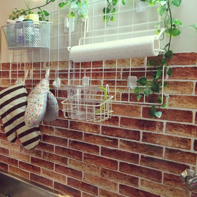 セリアの壁紙で汚れ安い水回りやベッドサイドの壁を保護する