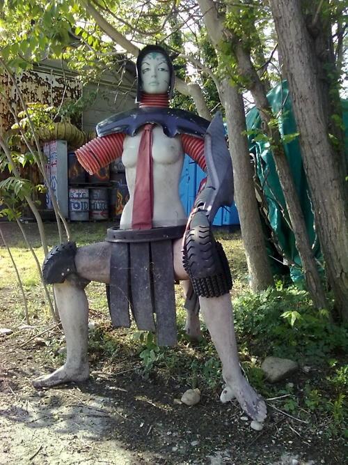 Praticamente un robot samurai un po' fetish stile sexy ragazza giapponese. Non potrei descriverlo meglio.