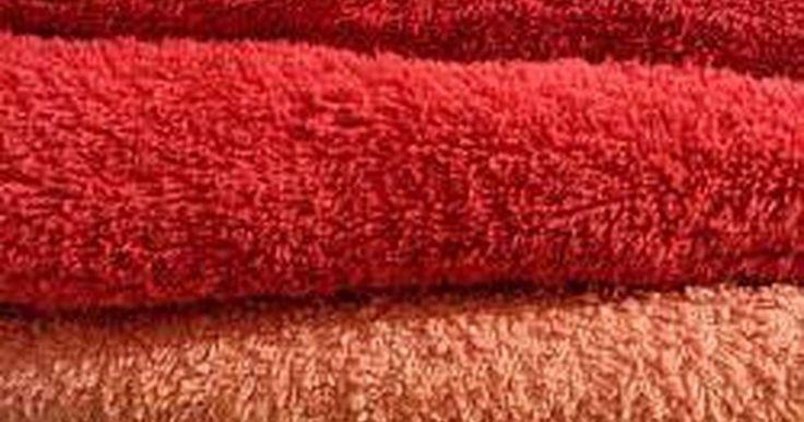 Como Limpar Toalhas Fedorentas. A última coisa que alguém quer quando sai do chuveiro é se secar com uma toalha suja e cheirando mal. Como qualquer tecido, especialmente aqueles que são usados para secar a umidade, as toalhas são propensas à acumulação de odores. Limpar o cheiro desagradável das toalhas é uma tarefa simples, que requer muito pouco esforço para alcançar o ...
