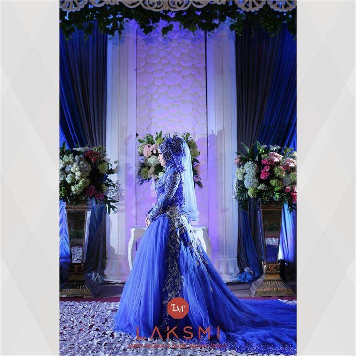 Amazing Beauty from LAKSMI!!Busana pengantin Blue Saphire dari @kebayalaksmi ini membuat suasana dalam pesta pernikahan menjadi lebih bercahaya. . Detail gaun yang ditaburi payet serta batuan berwarna silver menambah kesan elegan saat dikenakan.